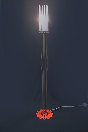 lampada-da-terra-realizzata-in-tubi-di-ottone-fili-fotoluminescenti-base-in-dibond-2013-fili-nella-notte--(2)