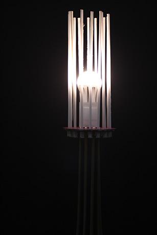 lampada-da-terra-realizzata-in-tubi-di-ottone-fili-fotoluminescenti-base-in-dibond-2013-fili-nella-notte--(3)