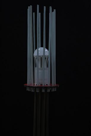 lampada-da-terra-realizzata-in-tubi-di-ottone-fili-fotoluminescenti-base-in-dibond-2013-fili-nella-notte--(4)