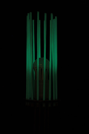 lampada-da-terra-realizzata-in-tubi-di-ottone-fili-fotoluminescenti-base-in-dibond-2013-fili-nella-notte--(6)
